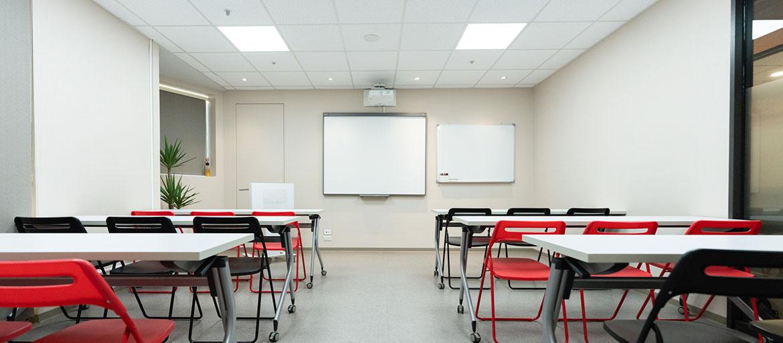 信義區會議室出租-多功能會議室正面照,前方有投影機與白板可使用