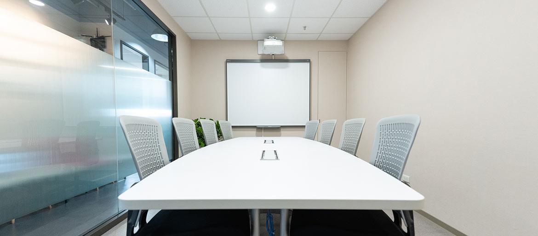 信義區會議室出租-大會議室正面照,提供白板及投影機