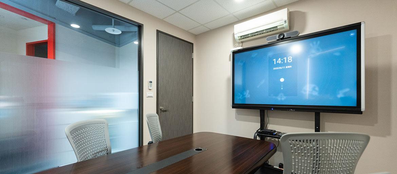 信義區會議室出租-小會議室內部環境,提供65吋多點式觸控螢幕