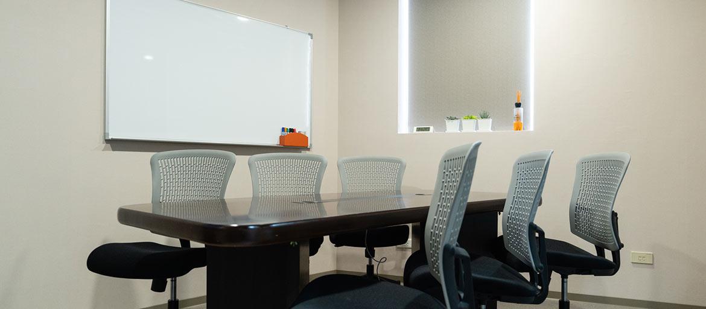 信義區會議室出租-小會議室採光明亮,提供6張椅子