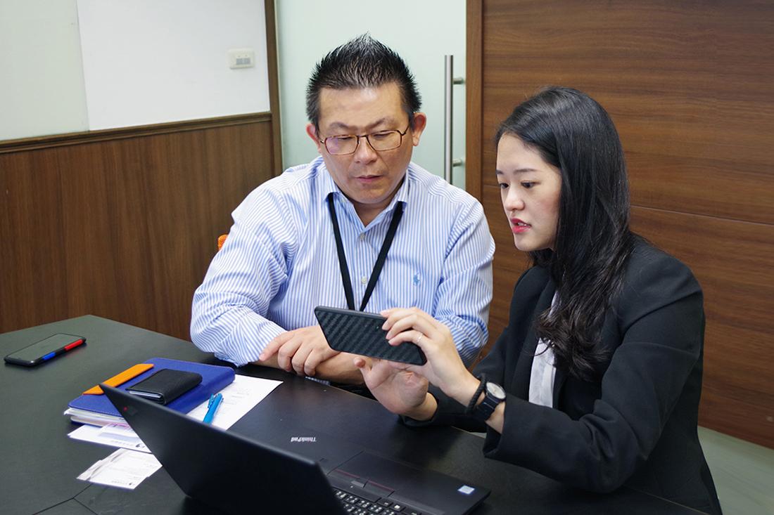 照片為品元實業 黃先生與專員討論Hangouts Meet視訊會議