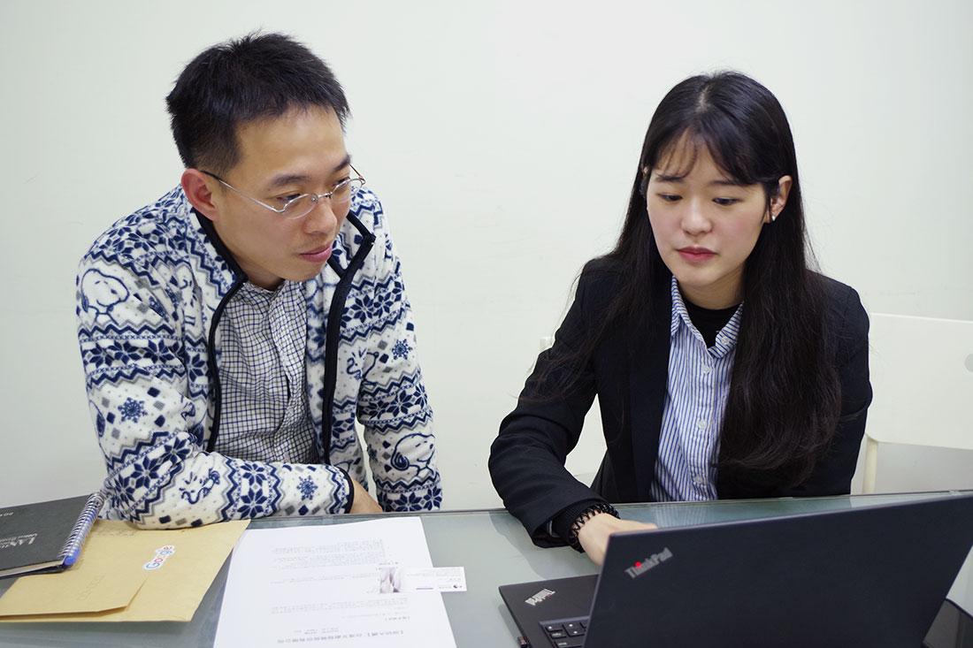 田中系統專員向李先生介紹如何建立Google日曆資源