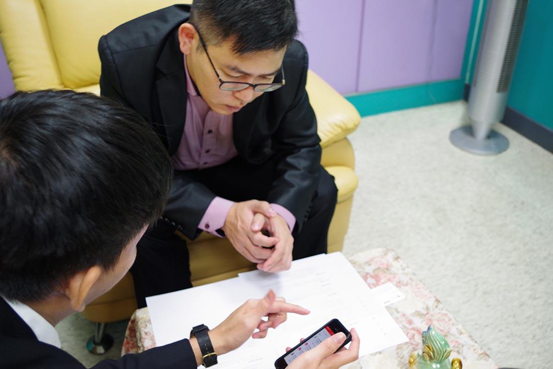 田中系統專員與James說明如何使用手機切換Gmail帳號