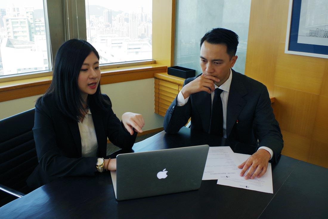 田中系統專員向王先生說明如何應用Google表單