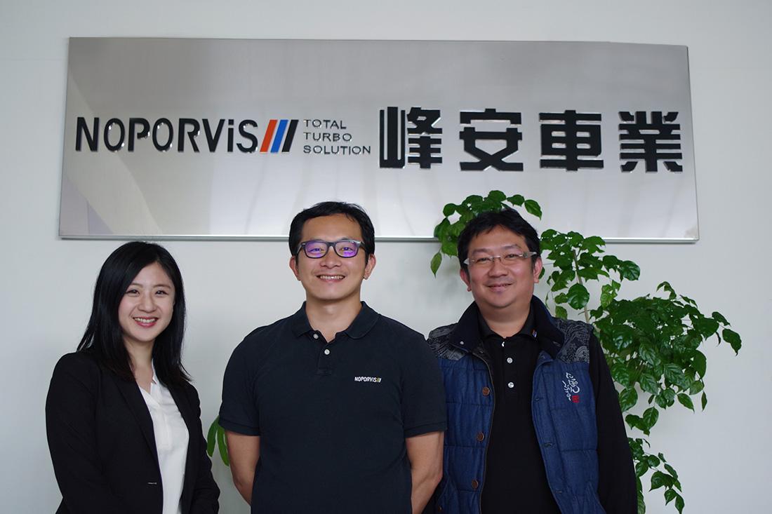 左起為田中系統專員、峰安車業總經理詹先生、資訊人員周先生