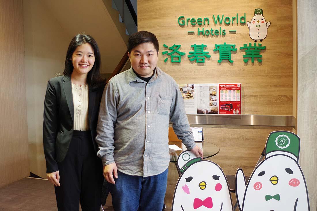 左起為田中系統專員、洛碁實業資訊部黃主任以及洛碁大飯店吉祥物
